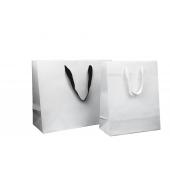 Luxe papieren draagtas in mat geplastificeerde uitvoering, wit of zwart lint voor afsluiting
